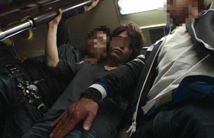 電車で男が同性に痴漢