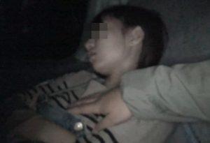 夜行バスで寝てる女性に悪戯